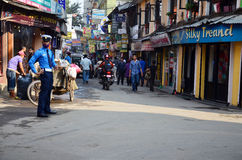 在街道上的当地人在Thamel市场上 免版税库存图片
