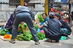 在街道上的当地人在Thamel市场上 免版税图库摄影