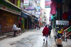 在街道上的当地人在Thamel市场上 免版税库存照片