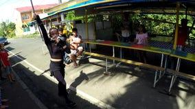 在街道上的快乐火喘息机会舞蹈 股票录像