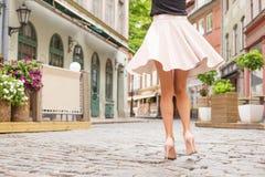 在街道上的快乐的妇女跳舞 库存图片