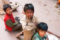在街道上的恶劣的儿童游戏在印度 免版税库存照片