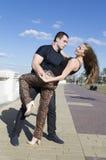 在街道上的愉快的夫妇跳舞 免版税库存照片