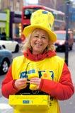 在街道上的慈善工作者 免版税库存图片