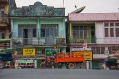 在街道上的房子在晚上 老和减速火箭的汽车 在缅甸的Bago 缅甸 库存图片