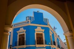 在街道上的房子有门面的蓝色颜色的 旧金山de坎比其老镇  墨西哥 图库摄影