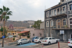 在街道上的提比里亚生活城市:人们,在街道上的汽车 库存照片