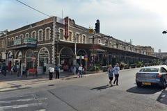 在街道上的提比里亚生活城市:人们,在街道上的汽车 免版税库存图片
