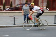 在街道上的摇摄骑自行车的人 免版税库存图片