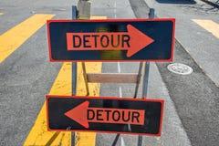 在街道上的改道标志 免版税图库摄影