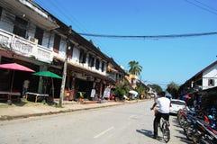 在街道上的旅客泰国人在琅勃拉邦Loas 库存图片