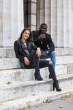在街道上的时髦的黑白夫妇 免版税库存图片