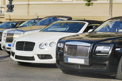 在街道上的昂贵的汽车 图库摄影
