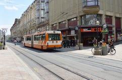 在街道上的有轨电车街市在日内瓦瑞士 免版税库存图片