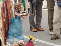 在街道上的木偶戏 图库摄影