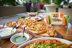 在街道上的木桌在一个咖啡馆用食物,自助餐桌的室外大阳台概念,承办宴席 库存照片