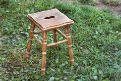 在街道上的木椅子 图库摄影