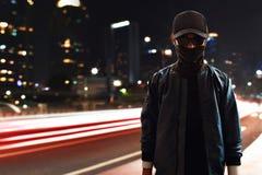在街道上的未知的黑客 免版税库存照片