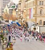 在街道上的未认出的赛跑者在诺维萨德,塞尔维亚 库存图片
