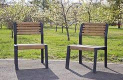 在街道上的椅子休息的 库存图片