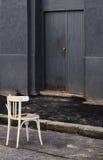 在街道上的椅子 免版税库存照片