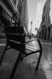 在街道上的椅子 免版税图库摄影
