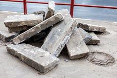 在街道上的概略的石头块 免版税库存图片