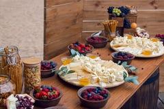 在街道上的欢乐木桌用另外食物在韦尔科姆 免版税库存图片