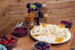 在街道上的欢乐木桌用另外食物在韦尔科姆 免版税库存照片