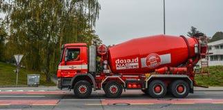 在街道上的水泥卡车在琉森,瑞士 免版税库存图片