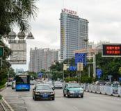 在街道上的汽车在上海,中国 免版税库存照片