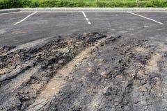 在街道上的沥青表面被拆毁了 免版税库存图片