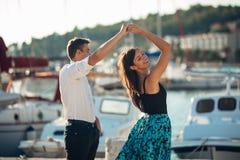 在街道上的浪漫夫妇跳舞 有一个浪漫日期 庆祝周年 红色上升了 生日日期 库存图片