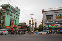 在街道上的清真寺在晚上 通过公路运输 在缅甸的Bago 缅甸 库存照片