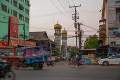 在街道上的清真寺在晚上 通过公路运输 在缅甸的Bago 缅甸 免版税库存图片