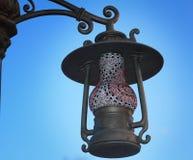 在街道上的灯笼它的原来形状作为一盏古色古香的灯。 库存照片