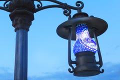 在街道上的灯笼它的原来形状作为一盏古色古香的灯。 免版税库存照片