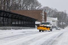在街道上的犁卡车在风暴以后2015年 免版税库存照片