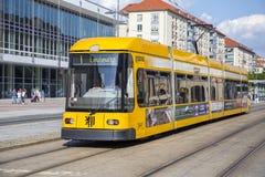 在街道上的现代黄色电车 免版税图库摄影