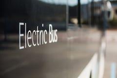 在街道上的电公共汽车 库存照片