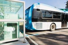在街道上的电公共汽车 免版税库存照片