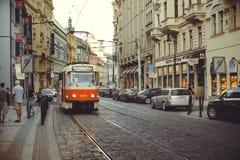 在街道上的电车在布拉格,公共交通工具 免版税库存照片