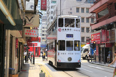 在街道上的电车轨道公共汽车 免版税库存照片