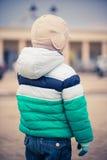 在街道上的男孩 免版税图库摄影