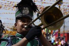 在街道上的男性乐队成员戏剧trumphet在每年军乐队陈列时 免版税库存照片