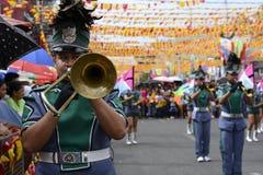 在街道上的男性乐队成员戏剧trumphet在每年军乐队陈列时 图库摄影