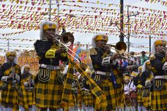 在街道上的男性乐队成员戏剧trumphet在每年军乐队陈列时 库存照片