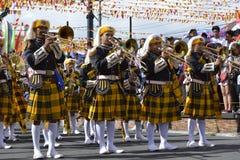 在街道上的男性乐队成员戏剧trumphet在每年军乐队陈列时 库存图片