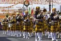 在街道上的男性乐队成员戏剧trumphet在每年军乐队陈列时 免版税图库摄影
