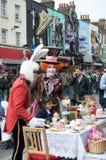 在街道上的疯狂的帽商茶会有服装的人的 库存照片